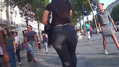 Stunning BIG ASS beauty in tight jeans... wow