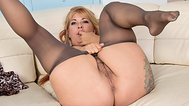 Hairy milf Joclyn Stone gets turned on in pantyhose