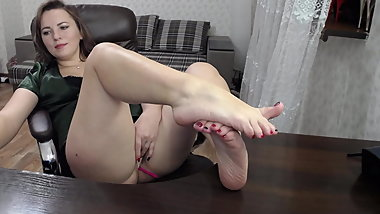 Sexy mature MILF play with her pretty feet