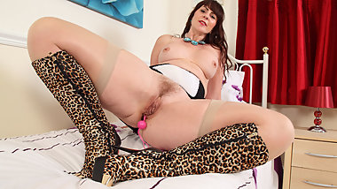 Curvy milf Toni Lace from Scotland plays with sex toys